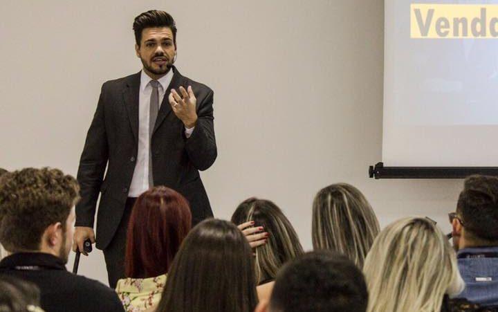 palestrante de vendas e motivação janderson santos realizando palestra claro