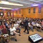 Fotos em congressos com o palestrante de vendas e motivação especialista em motivar equipes comerciais Janderson Santos convenção