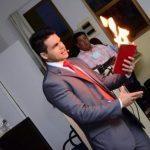 Janderson Santos magica livro do fogo em palestra motivacional e de vendas