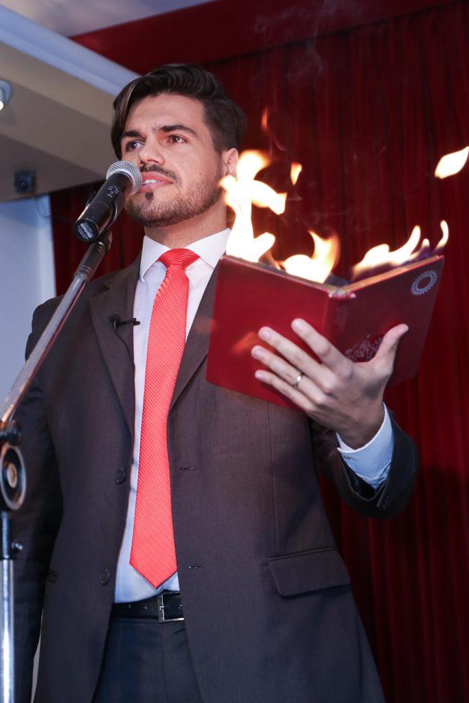 palestrante com livro pegando fogo em são paulo