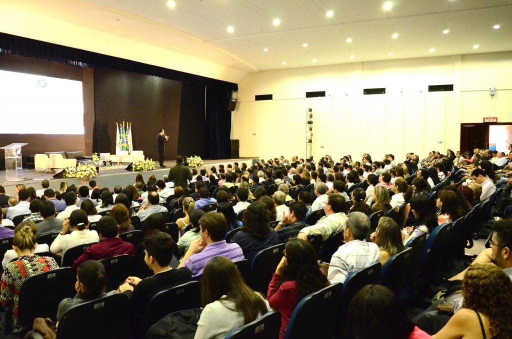 palestrante janderosn santos no palco do oliveira places goiania