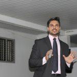 palestrante janderson realizando palestra de vendas